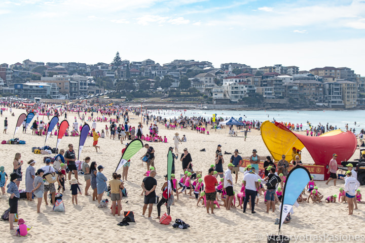 Panorama de actividades en la famosa playa de Bondi Beach en Australia