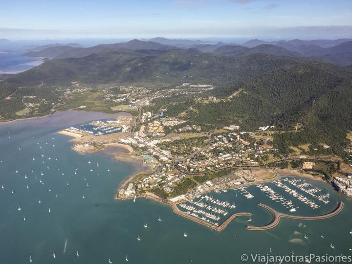 Imagen desde el avión del pueblo turístico de Airlie Beach, Australia
