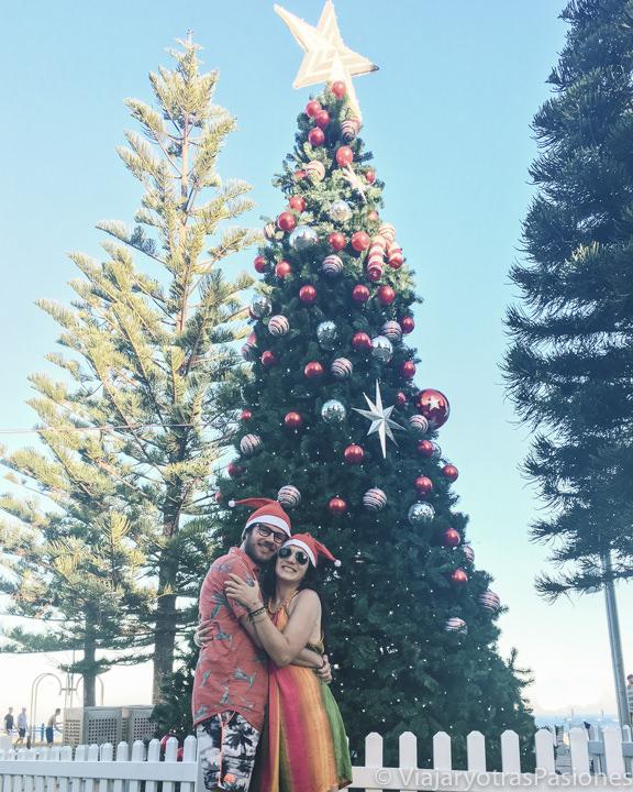 Pareja en la playa de Coogee por Navidad, Australia