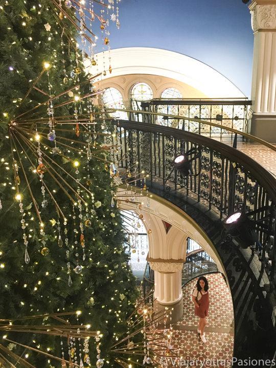 Panorama del hermoso interior del Queen Victoria Building en Sydney por Navidad