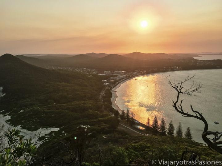 Hermoso atardecer en la bahía de Port Stephens en Australia