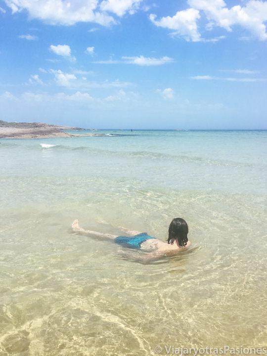 Haciendo el baño en la agua transparente de Birubi Beach, Australia