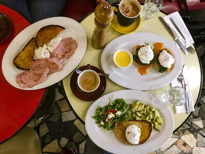 Consistente brunch en el café Camilo en Melbourne, Australia