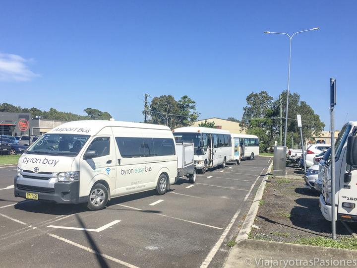 Shuttle buses fuera del aeropuerto de Ballina en Australia