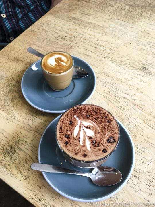 Imagen de un piccolo latte y una mocha, dos típicos cafés australianos