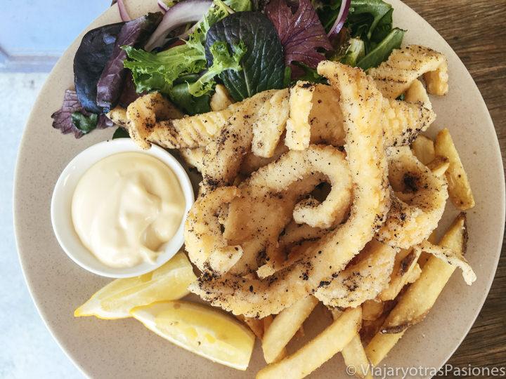 Una de las comidas mas típicas de Australia, un plato de salt and pepper calamari con patatas