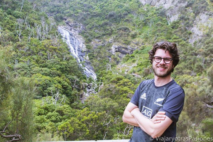 Sonriendo frente al bonito mirador de las Carisbrook Waterfall en la Great Ocean Road en Australia