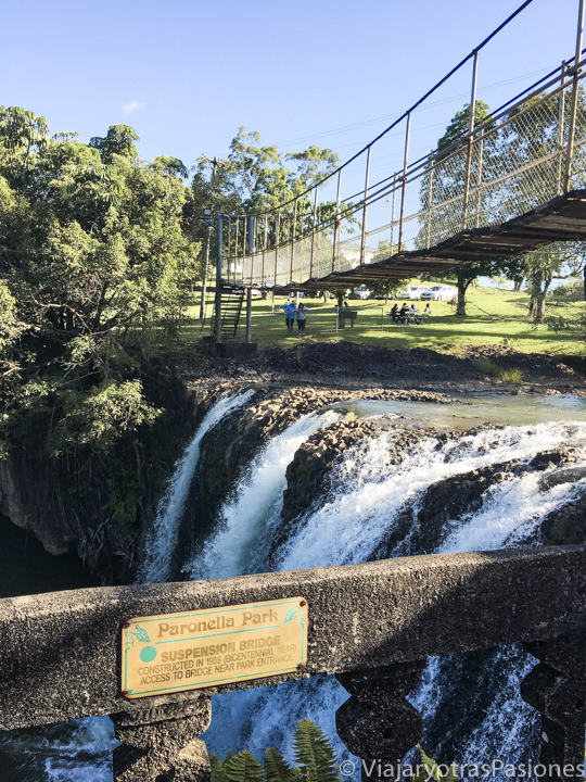 Bonita vista del puente de suspensión en Paronella Park, Australia