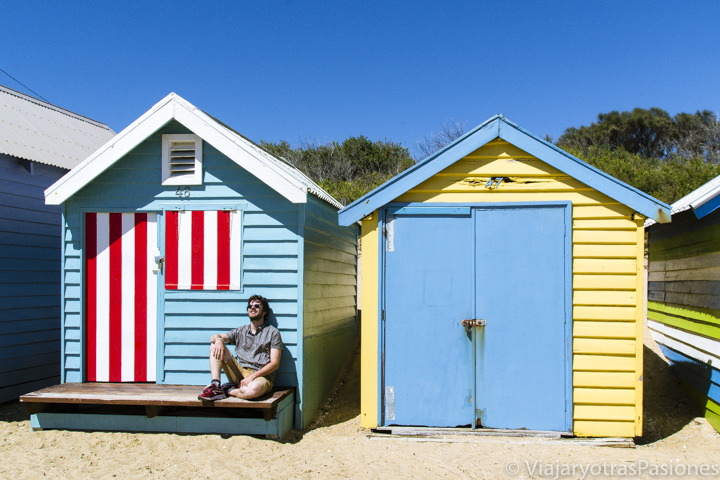 Sentado al sol en la hermosa playa de Brighton Beach en el sur de la ciudad de Melbourne en Australia