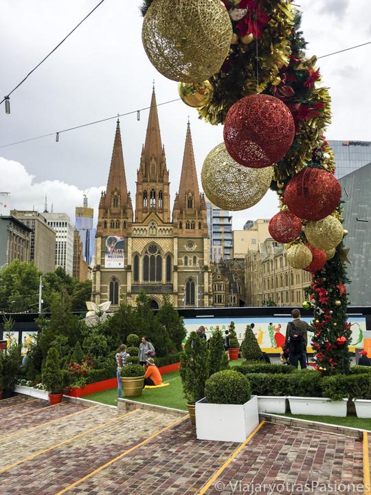 Decoraciones en la central Federation Square y la Catedral de Melbourne en Australia