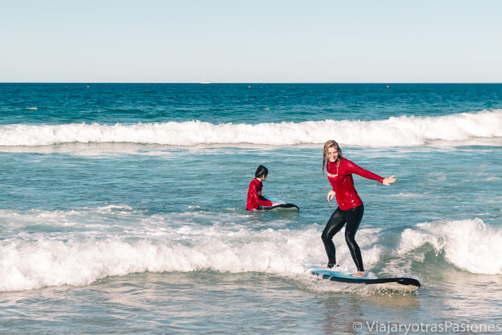 Clase de surf en las olas de la Gold Coast, Australia