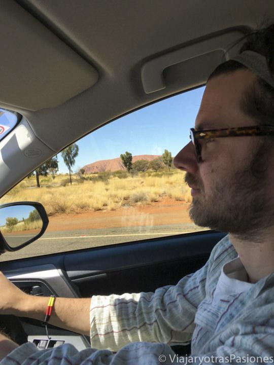 Vista de Uluru desde el coche en Australia