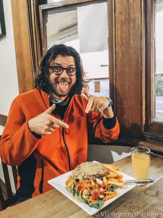 Porción gigante de comida en el Weldborough Hotel en Tasmania