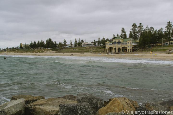 La famosa playa de Cottesloe en los barrios de los oeste en Perth en Western Australia