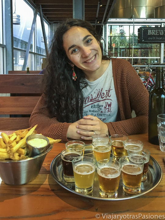Saboreando cervezas en la famosa cervecería Little Creatures de Fremantle, Australia