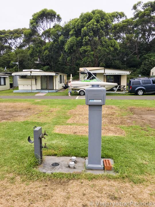 Torre con enchufes y grifo en un camping en Australia