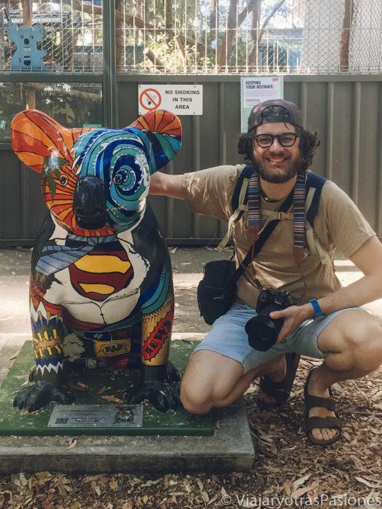 Bonita estatua de un koala en el Hospital de Koalas de Port Macquarie