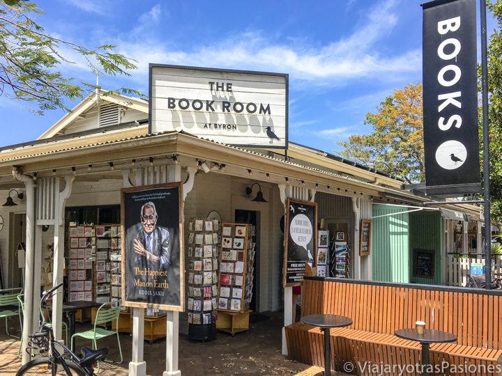 Entrada de la bonita librería Book Room en el centro de Byron Bay, Australia