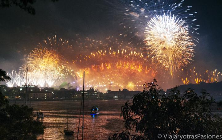 Panorama de los famosos fuegos artificiales de fin de año en Sydney, Australia