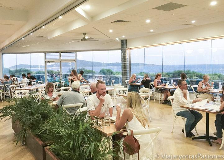 Hermosa sala del restaurante Saltwater en Fingal Bay, Port Stephens