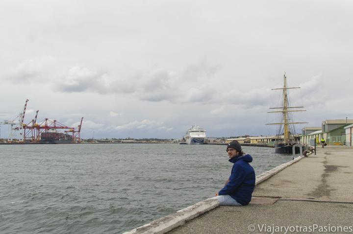 Sentado en puerto de Fremantle en Perth en Western Australia