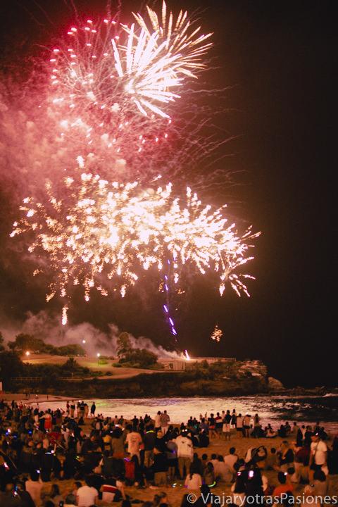 Hermosa vista de los fuegos artificiales de Coogee en Sydney, Australia
