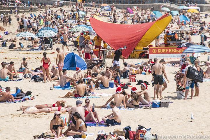 Gente celebrando la Navidad en una playa de Australia