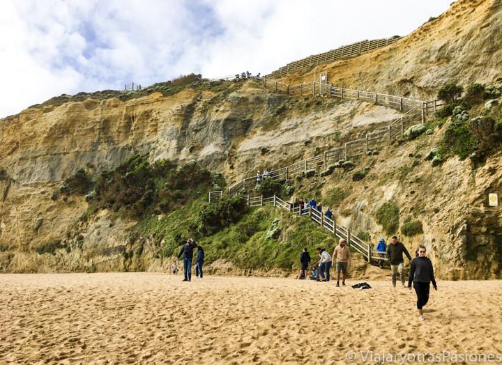 La famosa escalera de los Gibson Steps cerca de los Doce Apòstoles en la Great Ocean Road en Australia