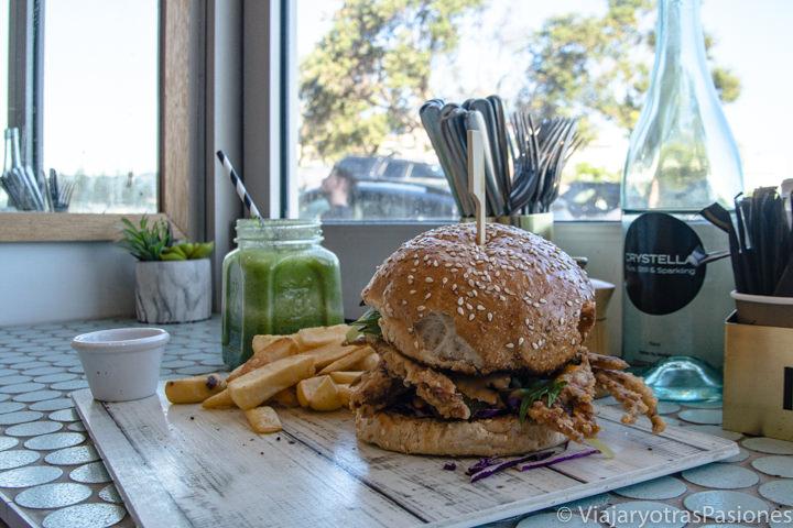 Hamburguesa de cangrejo del famoso Speedo Cafe en Bondi Beach, Sydney