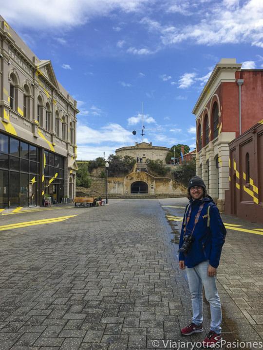 En High Street frente a la Round House en qué ver en Fremantle en Western Australia