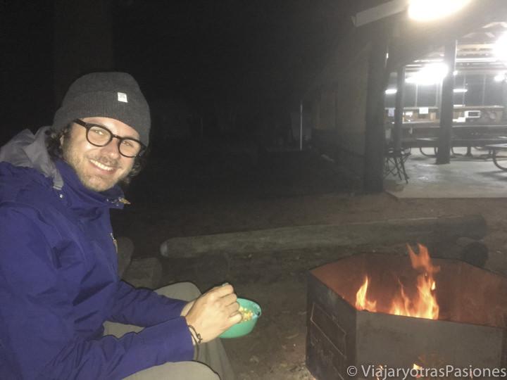 Hoguera en un camping en Australia