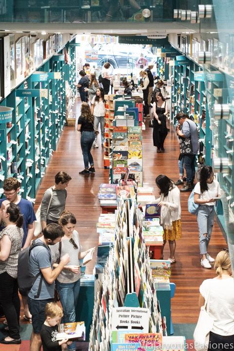 Bonito pasillo de la librería Better read than dead en Newtown, Sydney