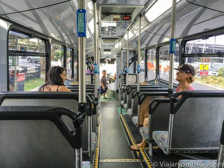 Interior del bus para ir desde al aeropuerto al centro de Byron Bay, Australia