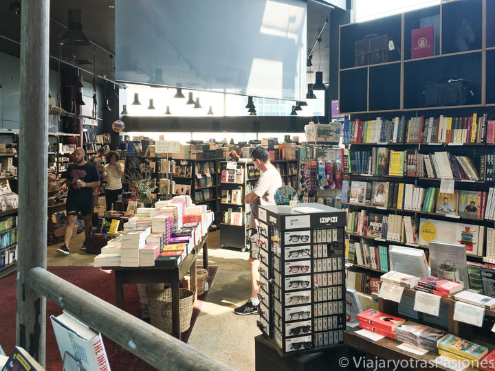 Interior de la librería Harry Hartog en Bondi Junction en Sydney, Australia