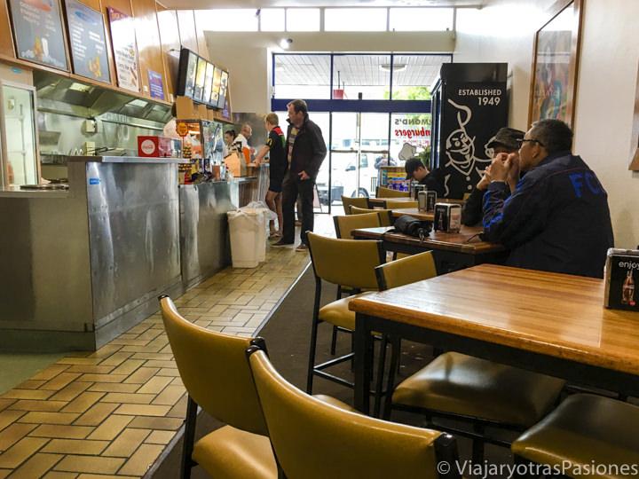 Interior de la famosa hamburgeseria Kermonds en recorrer la Great Ocean Road en Australia