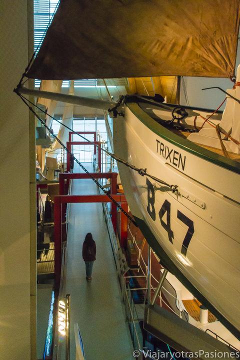 Entre los bonitos barcos en el WA Maritime Museum en Fremantle en Western Australia