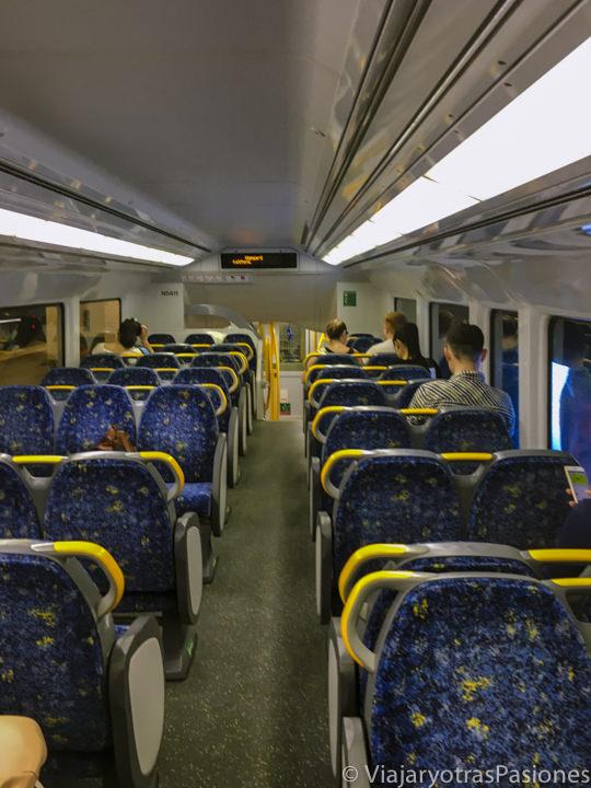 Interior de un tren de la red de transporte público en Sydney, Australia