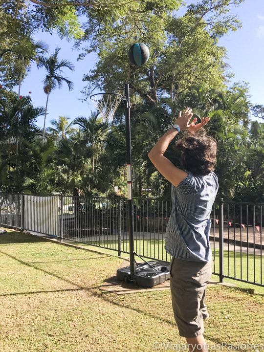 Jugando a baloncesto en un camping en Australia