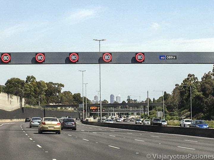 Imagen de los límites de velocidad australianos en una Motorway