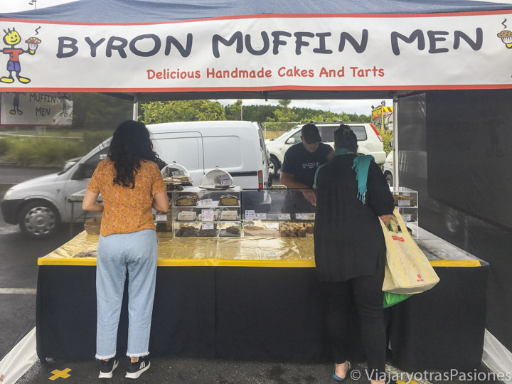 Puesto e comida en el Farmers Market de Byron Bay, Australia