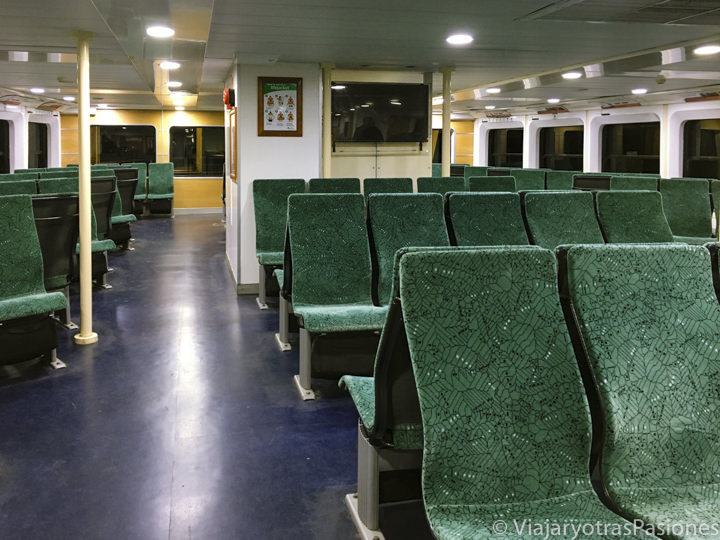 Típico interior de un ferry del transporte pública de Sydney, Australia