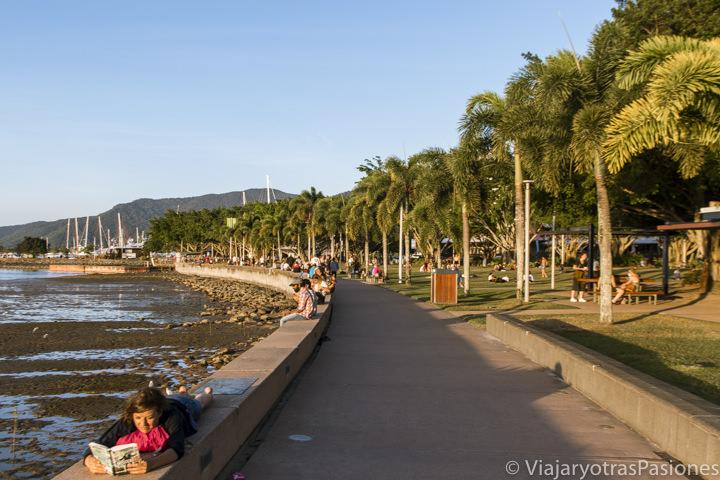 Atardecer en el paseo marítimo de Cairns en Queensland, Australia