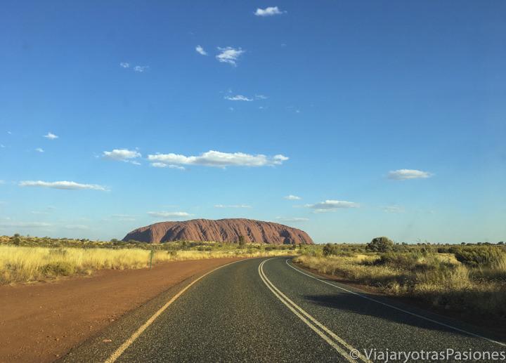 Llegando por carretera a Uluru en el centro de Australia