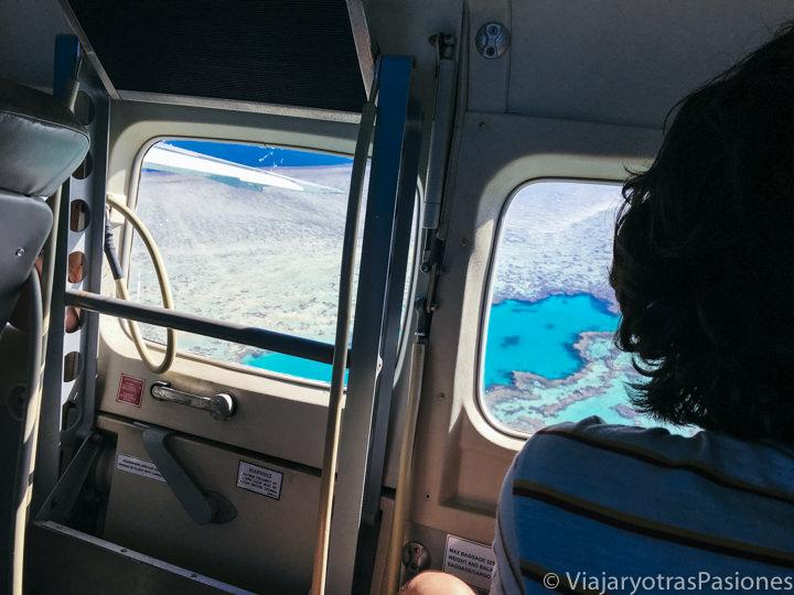 Interior del avión que sobrevuela la Gran Barrera de Coral en las Islas Whitsunday. Australia
