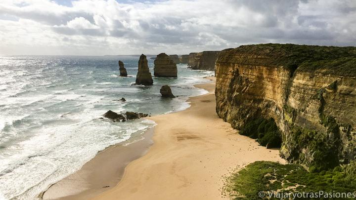 Típica ed espectacular vista de los Doce Apóstoles en la Great Ocean Road cerca de Melbourne en Australia