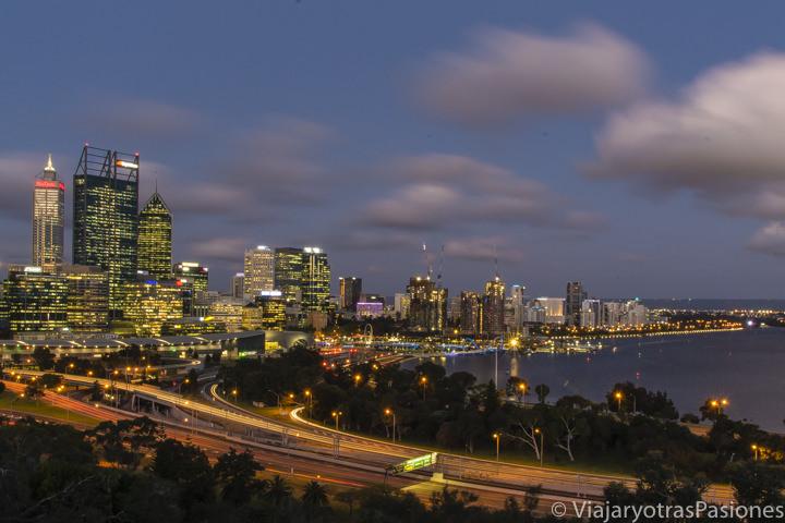 Skyline de Perth y Swan River en Western Australia