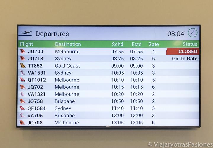 Pantalla de los destinos en el aeropuerto de Hobart en Tasmania, Australia