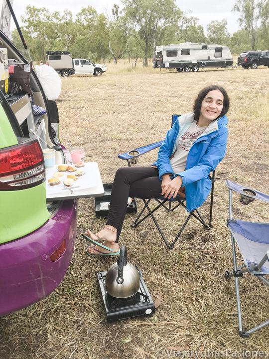 Haciendo merienda en un campervan en Queensland, Australia
