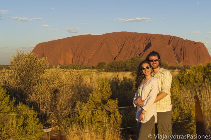 En visitar Uluru atardecer de frente al monolito en Central Australia