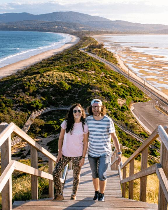 Pareja en el increíble mirador del The Neck en Bruny Island, Tasmania